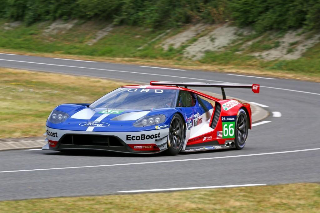 """Ford ha anunciado hoy que vuelve a una de las carreras automovilísticas más prestigiosas del mundo con su nuevo Ford GT de competición, basado en el nuevo modelo de altas prestaciones que sale a la venta el año que viene.  El Ford GT competirá en las 24 Horas de Le Mans -carrera que muchos llaman el Gran Premio de la Resistencia y la Eficiencia- a partir del año que viene. El Ford GT, presentado hoy en el famoso circuito de Le Mans, competirá en la clase Le Mans GT Resistencia para equipos y conductores profesionales (LM GTE Pro).  El nuevo modelo de competición está basado en el nuevo Ford GT presentado en enero en el Salón de Detroit. Tanto el modelo de fabricación en serie como el de competición llegarán en 2016 coincidiendo con el 50 aniversario del podio completo del Ford GT en la edición de 1966 de las 24 Horas de Le Mans. Ford repitió triunfo en Le Mans en 1967, 1968 y 1969.  """"Cuando el GT40 compitió en Le Mans en los años 60, Henry Ford II buscaba demostrar que Ford podía vencer a los fabricantes más legendarios de coches de competición de resistencia"""", cuenta Bill Ford, director ejecutivo de Ford Motor Company. """"Seguimos estando extremadamente orgullosos de haber sido ganadores en cuatro ediciones consecutivas y ese mismo espíritu responsable de la innovación del primer Ford GT es el que nos mueve hoy en día"""".  El nuevo Ford GT de competición participará en todas las pruebas del Campeonato Mundial de Resistencia de la FIA y del Campeonato TUDOR United SportsCar. Su debut tendrá lugar en enero de 2016 en el Rolex 24 en Daytona Florida. Los dos equipos Ford serán operados por Chip Ganassi Racing con Felix Sabates (CGRFS). Los equipos quieren participar con un total de cuatro coches en Le Mans. Los pilotos serán anunciados más adelante.  El nuevo Ford GT se sitúa en la cima de producto de la nueva gama Ford Performance, una división dedicada a alcanzar innovación a través de las altas prestaciones.  Ford Performance, dedicará su experiencia y esfuerzo a aceler"""