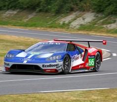 """Ford ha anunciado hoy que vuelve a una de las carreras automovilísticas más prestigiosas del mundo con su nuevo Ford GT de competición, basado en el nuevo modelo de altas prestaciones que sale a la venta el año que viene. El Ford GT competirá en las 24 Horas de Le Mans -carrera que muchos llaman el Gran Premio de la Resistencia y la Eficiencia- a partir del año que viene. El Ford GT, presentado hoy en el famoso circuito de Le Mans, competirá en la clase Le Mans GT Resistencia para equipos y conductores profesionales (LM GTE Pro). El nuevo modelo de competición está basado en el nuevo Ford GT presentado en enero en el Salón de Detroit. Tanto el modelo de fabricación en serie como el de competición llegarán en 2016 coincidiendo con el 50 aniversario del podio completo del Ford GT en la edición de 1966 de las 24 Horas de Le Mans. Ford repitió triunfo en Le Mans en 1967, 1968 y 1969. """"Cuando el GT40 compitió en Le Mans en los años 60, Henry Ford II buscaba demostrar que Ford podía vencer a los fabricantes más legendarios de coches de competición de resistencia"""", cuenta Bill Ford, director ejecutivo de Ford Motor Company. """"Seguimos estando extremadamente orgullosos de haber sido ganadores en cuatro ediciones consecutivas y ese mismo espíritu responsable de la innovación del primer Ford GT es el que nos mueve hoy en día"""". El nuevo Ford GT de competición participará en todas las pruebas del Campeonato Mundial de Resistencia de la FIA y del Campeonato TUDOR United SportsCar. Su debut tendrá lugar en enero de 2016 en el Rolex 24 en Daytona Florida. Los dos equipos Ford serán operados por Chip Ganassi Racing con Felix Sabates (CGRFS). Los equipos quieren participar con un total de cuatro coches en Le Mans. Los pilotos serán anunciados más adelante. El nuevo Ford GT se sitúa en la cima de producto de la nueva gama Ford Performance, una división dedicada a alcanzar innovación a través de las altas prestaciones. Ford Performance, dedicará su experiencia y esfuerzo a acelerar las"""
