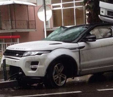 Un Range Rover Evoque cae por un puente y el conductor sale ileso