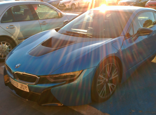 El BMW i8, también es familiar o al menos eso ha decidido Giménez, defensa del Atlético de Madrid