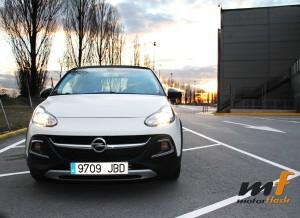 El Opel Adam Rocks tras la juerga con el motor calentito.