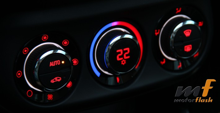 Se aprecia el haz de luz morada entre el rojo y el azul que indica dónde se encuentra la posición de la temperatura... Claro que también dispone de pantalla digital.