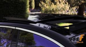 El techo de cristal abatible sobre el conductor es otra gozada del modelo.
