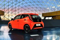 Nuevo Toyota AYGO -trasera rojo y negro