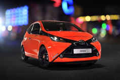 Nuevo Toyota AYGO - frontal rojo y negro