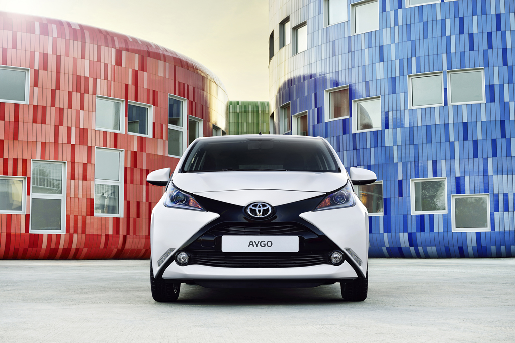 Nuevo Toyota AYGO - frontal blanco y negro