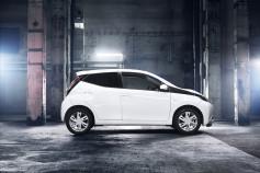 Nuevo Toyota AYGO - lateral blanco y negro