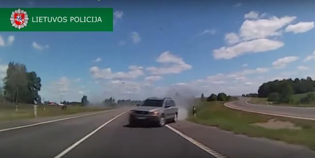 Conductor de un Volvo XC90 se da a la fuga
